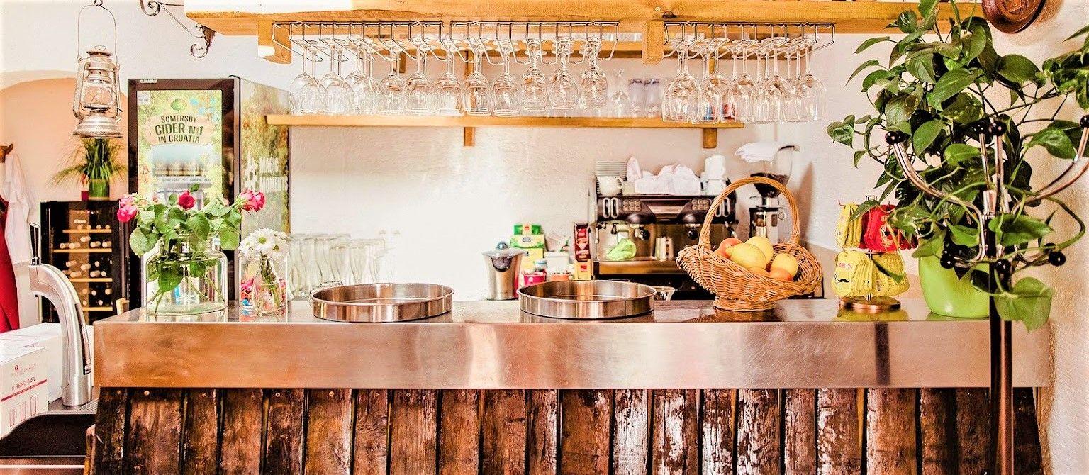 U ovoj konobi u Selcu punjene lignje, ćevapi i pizza spremaju se tijekom cijele godine